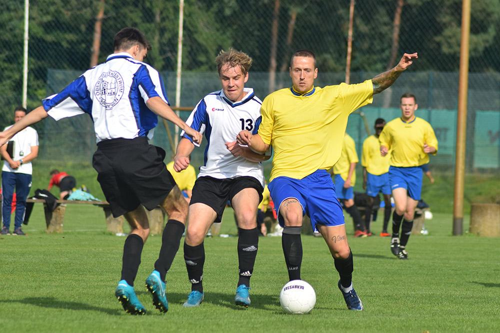 Das OSZ Elbe-Elster um den ehemaligen Drittliga-Profi Martin Zurawsky (r.) gewann das diesjährige Fußballturnier um den Wanderpokal des MBJS.